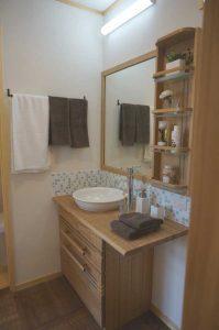 無垢の家の洗面化粧台は木製造作洗面台で