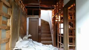 解体中の玄関ホール