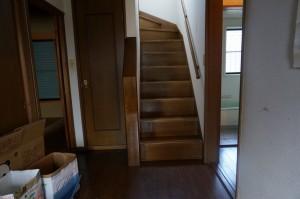 フルリフォーム前の階段と玄関ホール