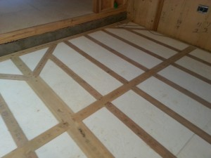 床の断熱材は南極昭和基地で使われたビーズ法ポリスチレンフォーム特号75ミリ