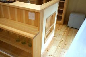 自然素材の家 キッチン横のマガジンラック