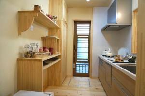 キッチンの木製食器棚
