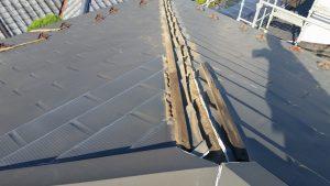 台風による屋根の被害。棟包の板金が飛んだ被害事例写真