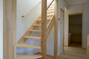 埼玉で自然素材のリノベーション住宅事例写真 スケルトン階段のあるリビング