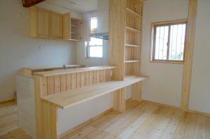 埼玉県のリノベーション住宅事例写真 ダイニングカウンターと造作収納